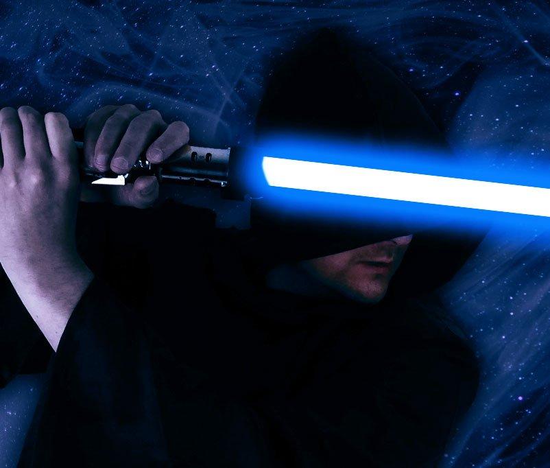 White Hat Jedi mit Liechtschwert quer